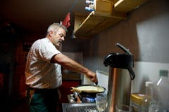 Bischof kocht auf dem Gasherd. (Bild: Urs Bucher)