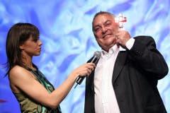 Für seine Arbeit wurde Gnädinger regelmässig ausgezeichnet. Hier bekommt er 2005 von Moderatorin Nadja Zimmermann den Tele-Preis. (Bild: Keystone)