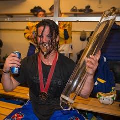 Der Prototyp eines Hockeyspielers: Der Davoser Dino Wieser feiert den Meistertitel 2016. Mit Playoff-Bart und Zahnlücke. (Bild: Keystone)