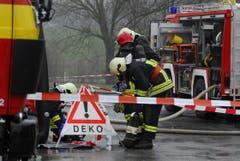 Der Chemieunfall hielt die Feuerwehr-Angehörigen auf Trab. (Bild: Mario Testa)