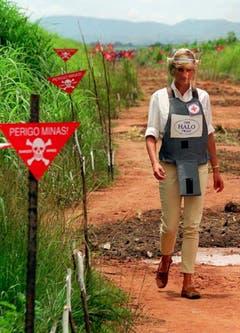 Prinzessin Diana auf einem Minenfeld in Angola, geschützt mit einer Splitterschutzweste und einem Gesichtsschutz. (Bild: John Stillwell/EPA (Huambo, 15. Januar 1997))