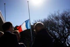 Auf der französischen Botschaft in Tokio standen die Fahnen auf Halbmast. (Bild: Keystone)