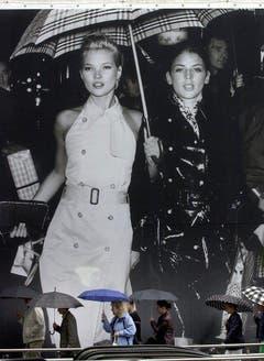 Kleine Frau ganz gross: Ein Plakat mit Kate Moss und Liberty Ross prangt 2001 im Stadtzentrum von Düsseldorf. (Bild: Keystone)