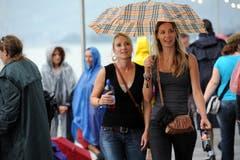 Allgegenwärtig: Besucherinnen mit Regenschirm. (Bild: Stefan Beusch)