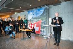 Pater Josef Rosenast bei der Einsegnung des neuen Berggasthauses. (Bild: Urs Bucher)