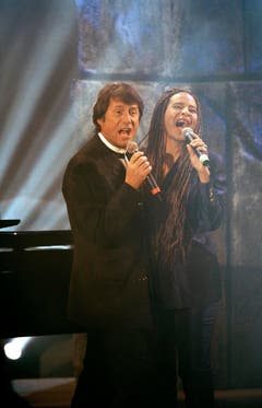 """Duett zusammen mit der Sängerin Jocelin B. Smith, in """"Wetten dass.."""" vom 9. November 1996 in der St.Jakobshalle. (Bild: Keystone)"""