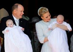 Das Fürstenpaar ist sichtlich stolz auf seine Kinder. (Bild: Keystone)