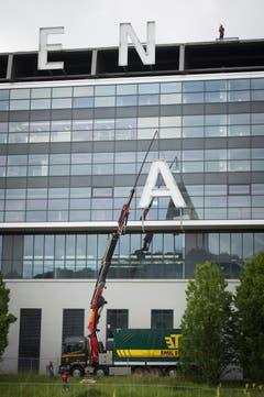 St. Gallen - AFG ARENA Schriftzug wird demontiert (Bild: Ralph Ribi)