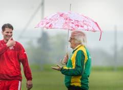 Gilbert Gress (mit Schirm) bespricht sich vor dem Spiel mit Mario Cantaluppi, dem ehemaligen Assistenztrainer des FC Wil. (Bild: Andrea Stalder)