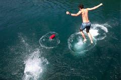 Ein Mann springt in die Rhone. (Bild: Keystone)