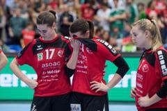Freude auf der einen Seite, getrübte Gesichter auf der anderen: Thuns Spielerinnen ist die Enttäuschung anzusehen. (Bild: Keystone)
