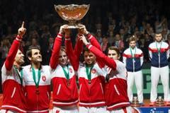 """Das Schweizer Team mit der """"hässlichsten Salatschüssel der Welt"""". (Bild: Keystone)"""