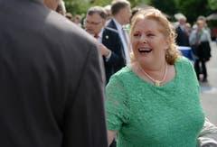 Sonja Wiesmann schüttelt Hände beim Empfang. (Bild: Reto Martin)