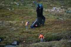 Ein Armee-Fotograf schiesst Fotos von einem Helikopterteil. (Bild: Keystone)