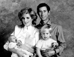 Prinz Charles und Prinzessin Diana posieren für ein Familien-Porträt mit ihren Söhnen Prinz William, rechts, und Prinz Harry. (Bild: AP Photo (London, 6. Oktober 1984))