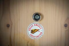 An der Haustür befindet sich ein Aufkleber der Hells Angels... (Bild: Urs Bucher)
