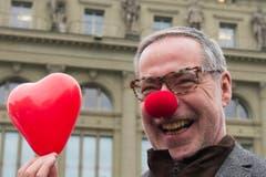 Auch Berns Stadtpräsident Alexander Tschäppät hat sich für die Feier eine rote Nase zugelegt. (Bild: Keystone)