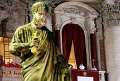 Der neue Papst winkt von der Loggia der Petersbasilika. (Bild: Keystone)