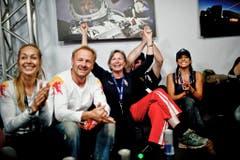 Familie und Freunde von Felix Baumgartner freuen sich über den Triumph. (Bild: Keystone)