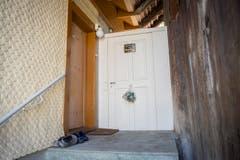 Der Eingang zum Haus - ein Plastiksack mit Bierdosen hängt an der Tür. (Bild: Urs Bucher)