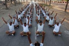 Indische Polizisten machen Lach-Yoga um Stress abzubauen. (Bild: Keystone)