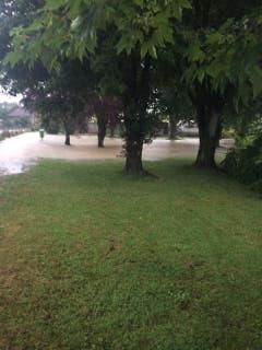 Auch die Wiesen stehen unter Wasser. (Bild: Matthias Kohn)