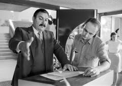"""Gnädinger diskutiert mit dem Regisseur Bernhard Giger eine Szene aus dem Film """"Der Gemeindepräsident"""". (Bild von 1983) (Bild: Keystone)"""