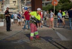 Hier wurden die Terroristen erschossen. Ein Gemeindemitarbeiter von Cambrils reinigt die Strasse. (Bild: EMILIO MORENATTI (AP))