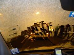 Sicht massiv eingeschränkt: Im Auto eines Guckloch-Fahrers. (Bild: Stapo SG)