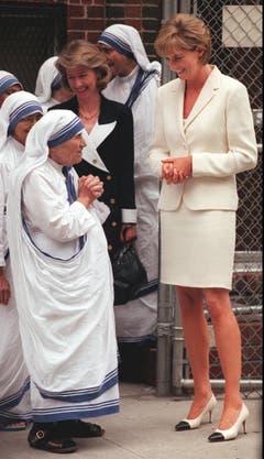 Prinzessin Diana trifft Mutter Theresa bei den Missionarinnen der Nächstenliebe in der South Bronx. (Bild: Bebeto Matthews/AP (New York, 18. Juni 1997))