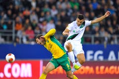 Hoch in der Luft: Goran Karanovic gegen Angel Dealbert. (Bild: Urs Bucher)