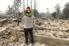 Im Oktober hat einer der schlimmsten Buschbrände in der Geschichte Kaliforniens gewütet. 41 Menschen starben, rund 5700 Gebäude wurden vernichtet. Zeitweise waren gar 100'000 Menschen vor den Flammen auf der Flucht. Nach rund einer Woche schafften es die über 11'000 Feuerwehrleute das Feuer einzudämmen. (Bild: JEFF CHIU (AP))