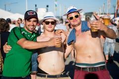 Diese jungen Männer geniessen das heisse Wetter mit einem kühlen Bier. (Bild: JEAN-CHRISTOPHE BOTT)