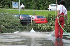 Ein Arbeiter befreit die Strassen vom Dreck. (Bild: Michel Canonica)