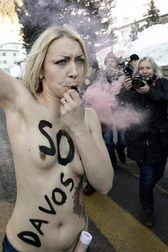 Auch Trillerpfeifen hatten die Femen-Aktivistinnen dabei. (Bild: Keystone)