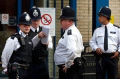 Polizisten besprechen sich vor dem St.Mary's Hospital. (Bild: Keystone)