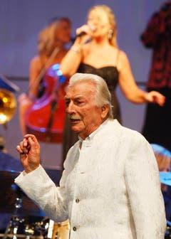 Bandleader und Komponist James Last begeistert das Publikum im Zürcher Hallenstadion. (Bild: Keystone)