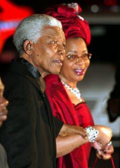 Nelson Mandela und seine zweite Frau Graca Machel (2003). Mandela heiratete die Witwe des ehemaligen Präsidenten von Mosamibk im Jahr 1998. Insgesamt war Mandela dreimal verheiratet. (Bild: Keystone)