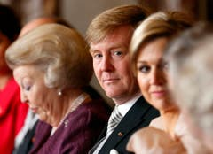 Der neue König Willem-Alexander sitzt zwischen seiner Mutter Beatrix und seiner Ehefrau Maxima. (Bild: Keystone)