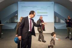 Marc Mächler mit seiner kleinen Tochter. (Bild: Michel Canonica)