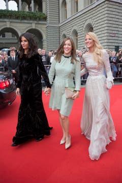 Die ehemaligen Miss Schweiz Christa Rigozzi (rechts) und Melanie Winiger posieren mit Moderatorin Eva Nidecker. (Bild: Keystone)