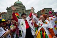Spitalclowns feiern auf dem Bundesplatz in Bern das 20-jährige Bestehen der Stiftung Theodora. (Bild: Keystone)