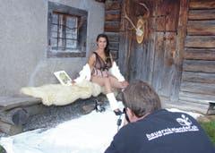Dilan Baumgartner aus Wyningen, Bern, sitzt auf weichem Schafsfell. (Bild: pd)