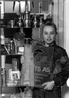 Martina Hingis als zehnjähriges Tenniswunderkind mit ihren Trophäen. Zu diesem Zeitpunkt war sie Schweizermeisterin in der Kategorie der 13/14-Jährigen. (Bild: Keystone)
