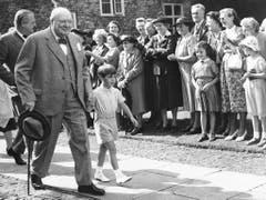 Bewunderung für Opa Winston: Churchill mit seinem Enkel Christopher Soames auf dem Weg zur Taufe von dessen Bruder (1952). (Bild: Keystone)