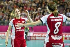 Tanja Stella (l.) und Priska von Rickenbach hatten beim 21:1 gegen Russland viel zu jubeln. (Bild: Keystone)