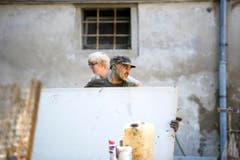 Anpacken in Herisau: Die Armee hilft mit. (Bild: Michel Canonica)