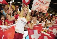 Rückkehr aus Peking: Linda Züblin wird nach ihrer Rückkehr von den Olympischen Spielen in Peking im August 2008 von Fans am Flughafen empfangen. (Bild: WALTER BIERI (KEYSTONE))