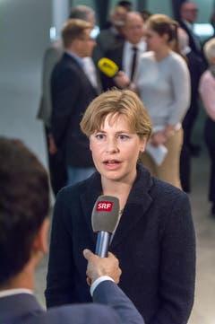 Vorne beantwortet Esther Friedli Fragen, im Hintergrund ihr Lebenspartner Toni Brunner. (Bild: Michel Canonica)