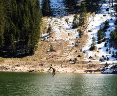 Bei seinem ersten Versuch landete Samuel Volery mehrmals im drei Grad kalten Wasser. (Bild: Tobias/Rodenkirch/Martin Knobel)